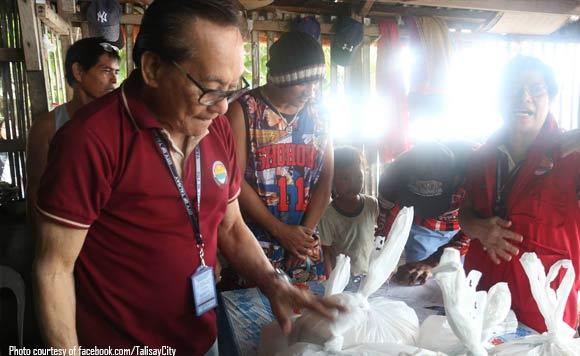 Aksyon Agad Eddie Gullas Gives Food To Fishermen Affected By Basyang